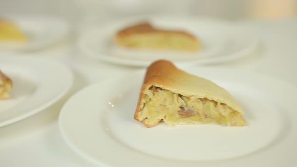 Prezentace domácí koláče s masem, zeleninou, žampiony a brambory