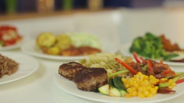 Chutné, pestré a chutné jídlo. Zdobíme salát a maso pro každý den v týdnu. Prezentace z polední menu.