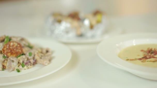 Krémová polévka s krutony a palačinky s vepřovým masem a žampiony na smetaně. Prezentace připravené misky
