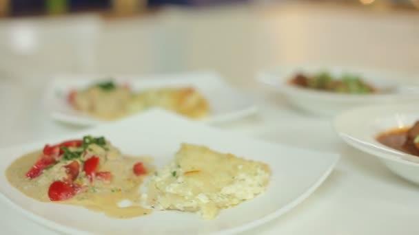 Maso aromatické rajčatová polévka a tvaroh kastrol. Prezentace z čerstvých pokrmů