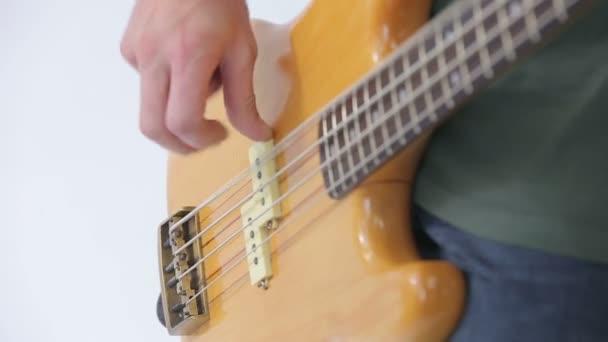 Baskytarista začne hrát píseň