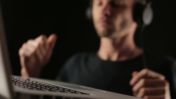 DJ taneční poslouchat hudbu z notebooku