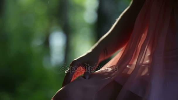 Erdei tündér lány megérinti a ruhája
