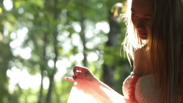 Portrét dívky modelu v lese se dotýká její šaty