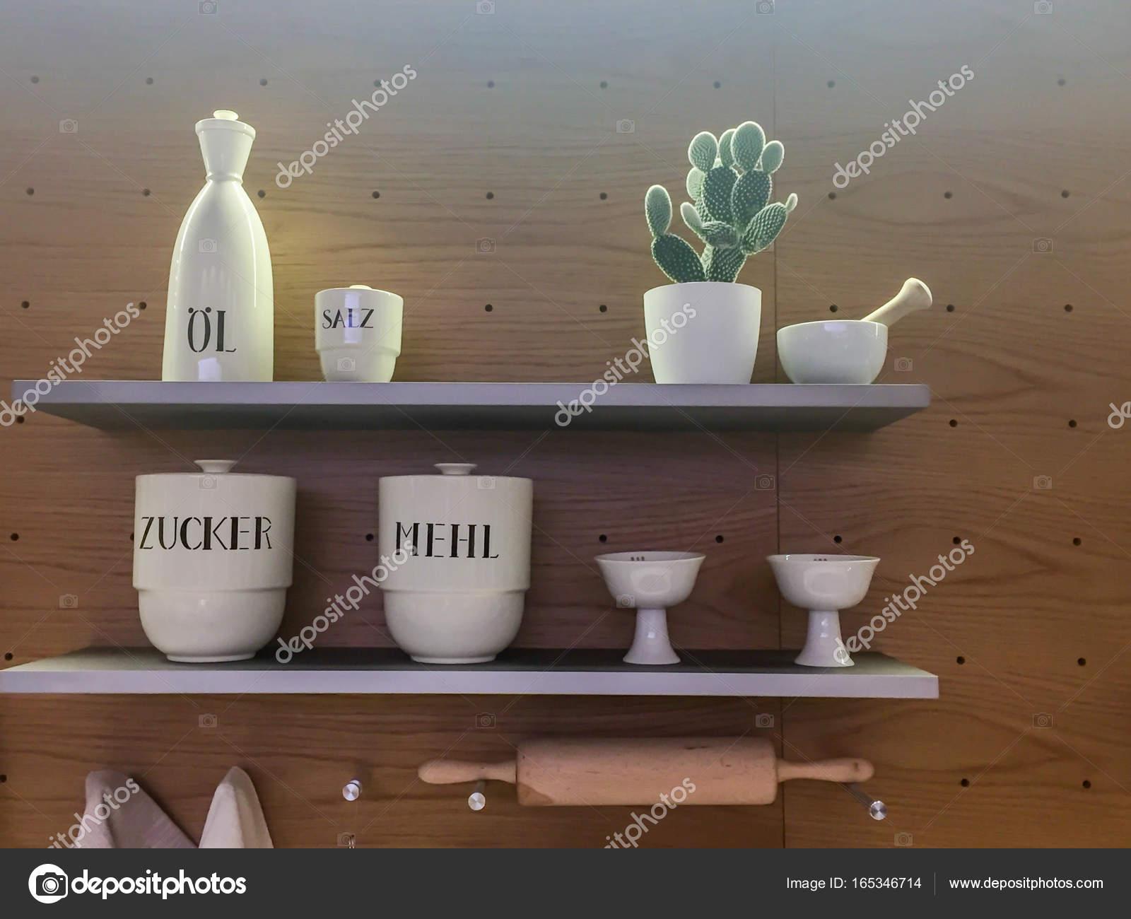 Küche Lagerung Porzellan Regal — Stockfoto © mail.hebstreit.com ...