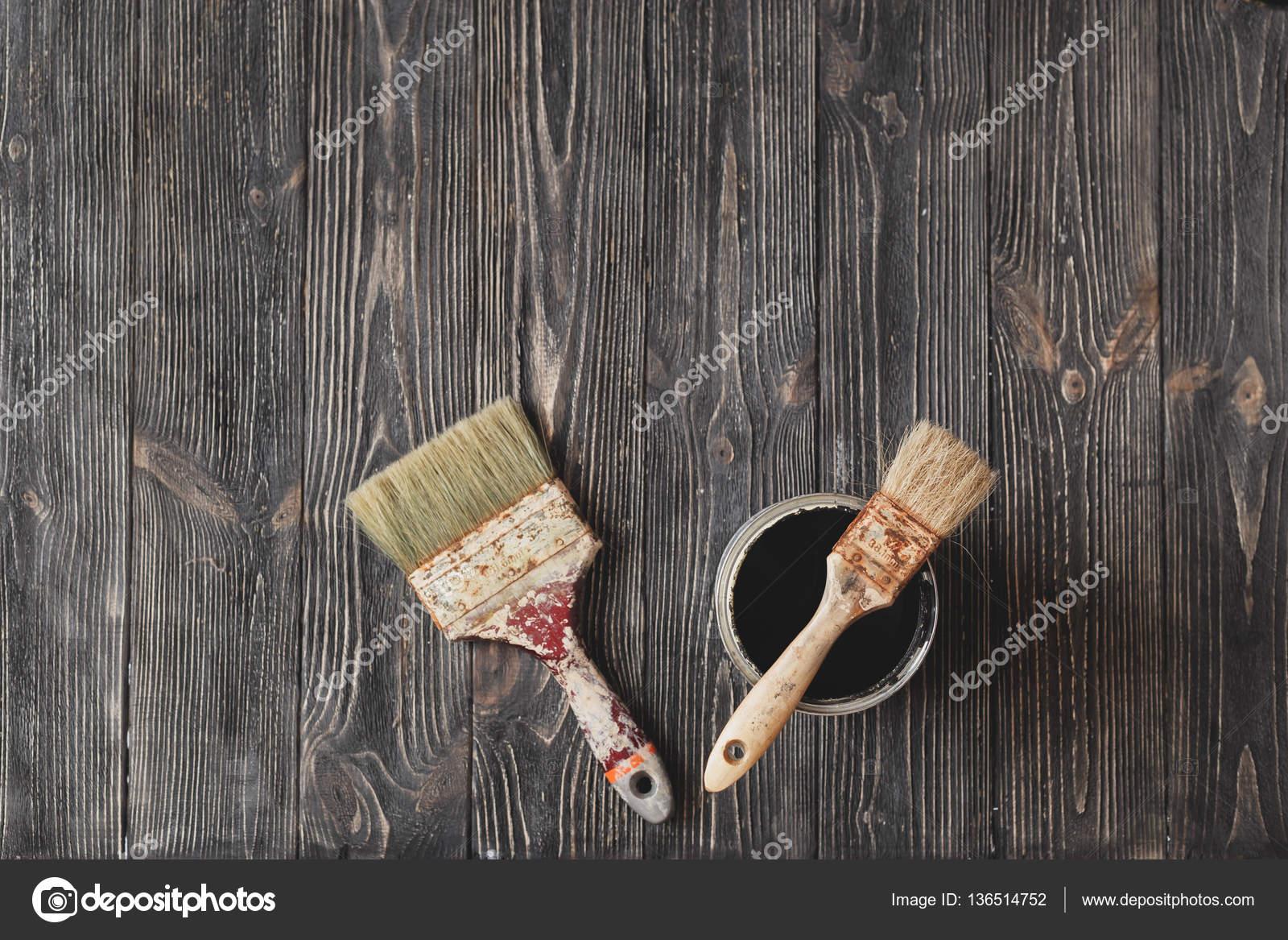 Gamla penslar och färg burkar svart på tabellen år — Stockfotografi ... cb54e03834c55