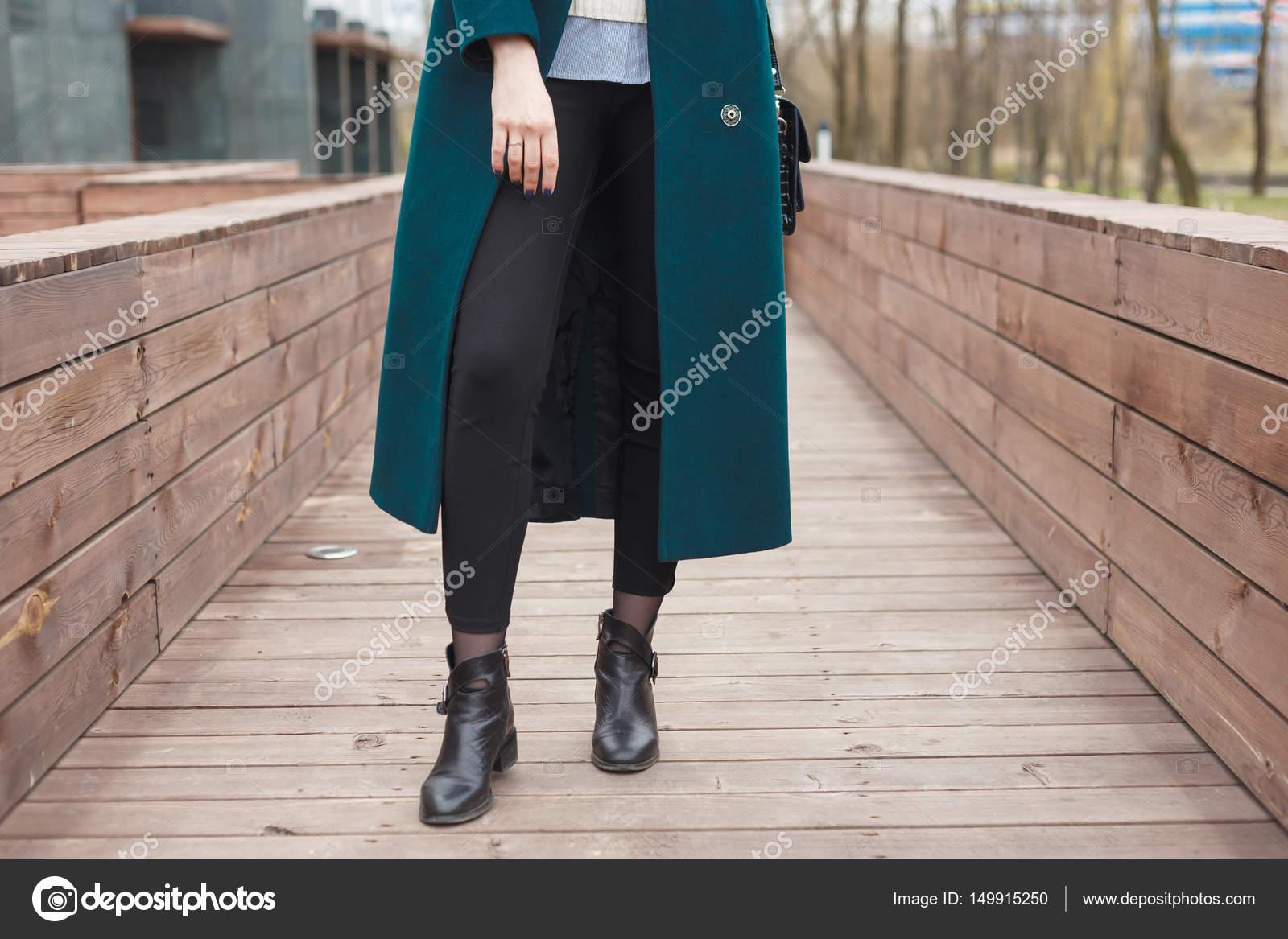 4efb88e70800 Schwarze Ankle-Boots, Schwarze Ledertasche, warme Smaragd Jacke und schwarze  Hose. Elegante
