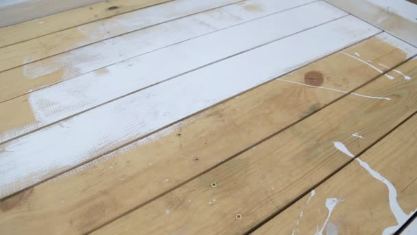 Dělníci rukou drží stopu a malba bílá dřevěná terasa, přírodní dřevěnou podlahu nebo zeď textury povrchu.