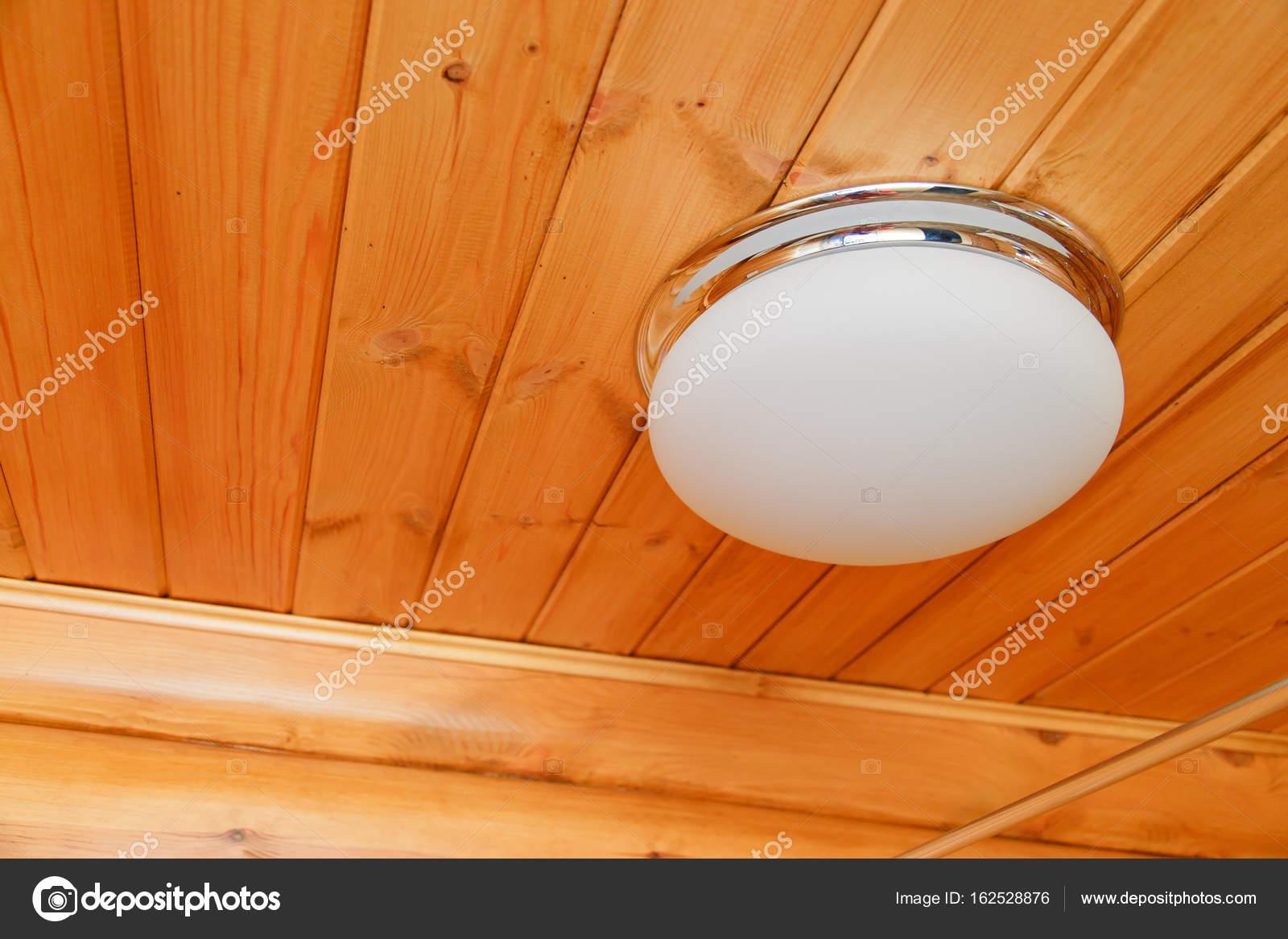 Plafoniere Con Legno : Plafoniera in vetro bianco su un soffitto legno u foto stock