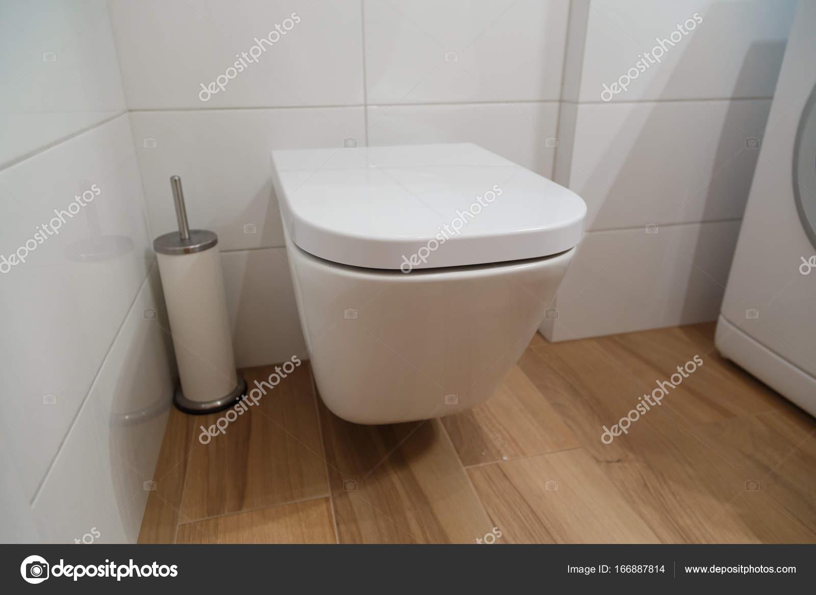 Moderne Toilette im Badezimmer Interieur — Stockfoto © vladeephoto ...