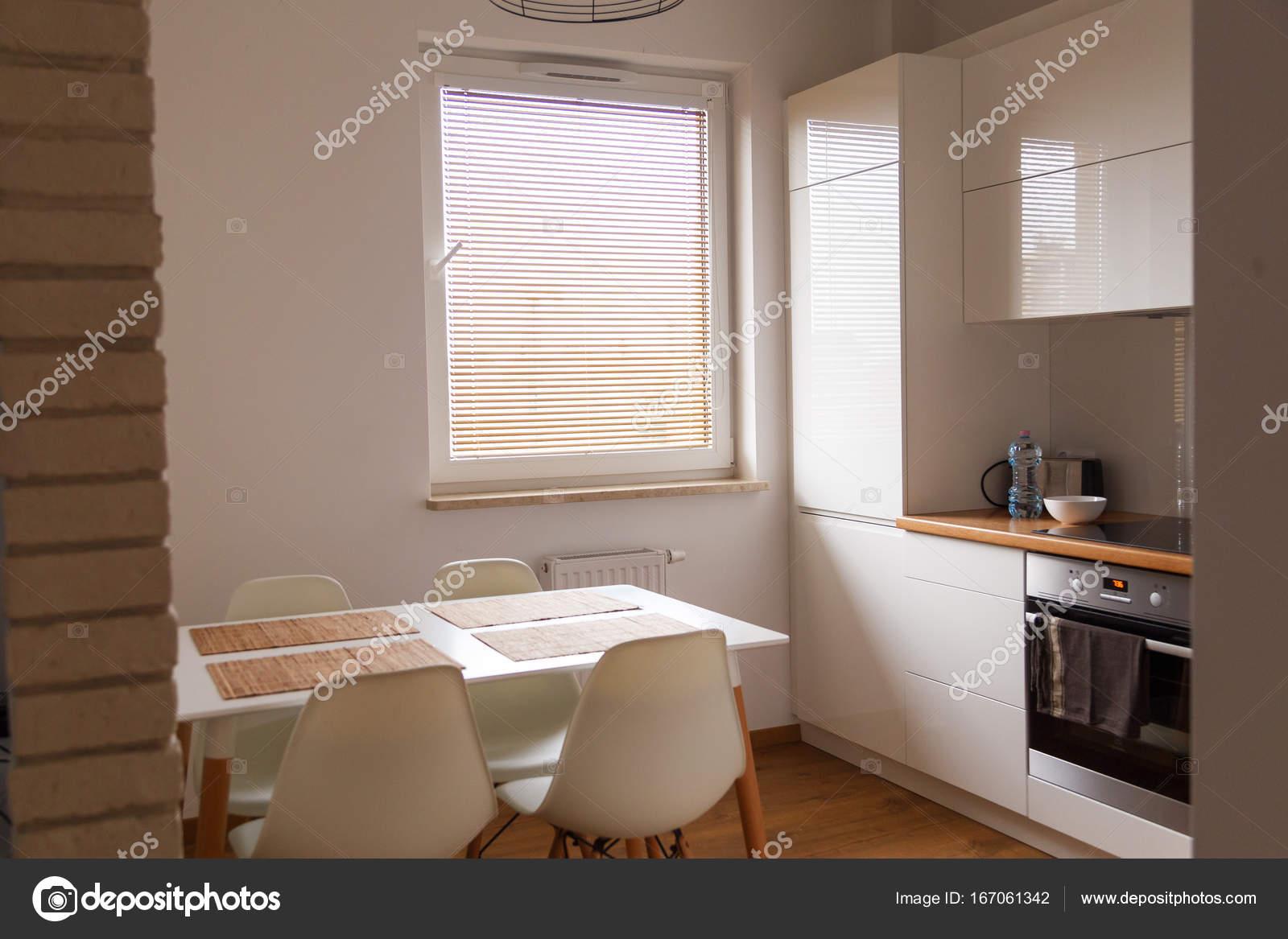 Mała Biała Kuchnia Ze Stołem I Krzesłami Nowy Projekt