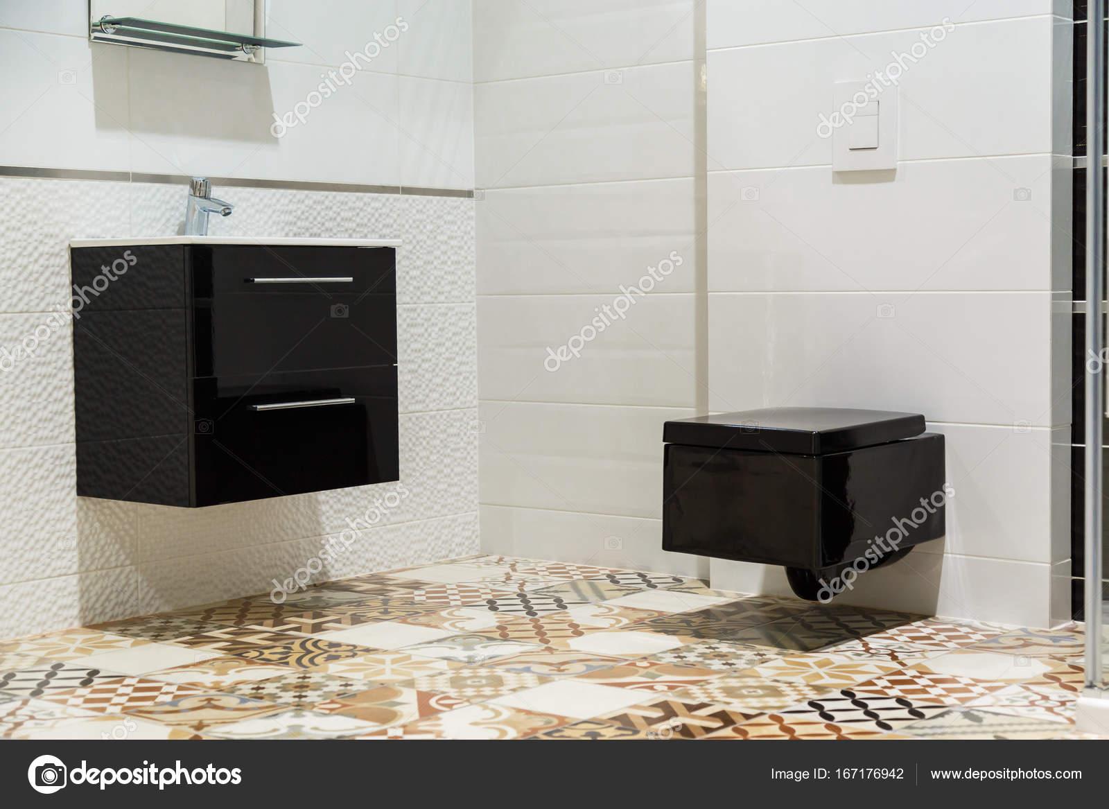 Diseño de lujo, cuarto de baño con lavabo y el inodoro negro — Fotos ...