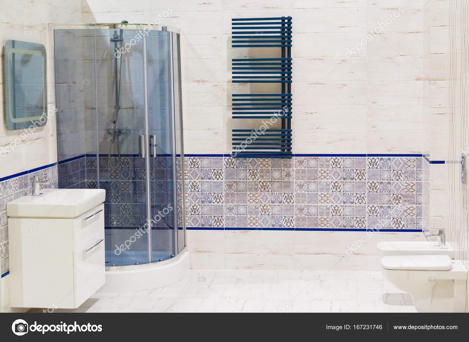 Luxus-Design Badezimmer mit Toilette und Waschbecken — Stockfoto ...