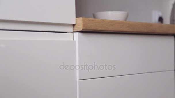 Muž vezme příbory z kuchyně výsuvný box s push systémem