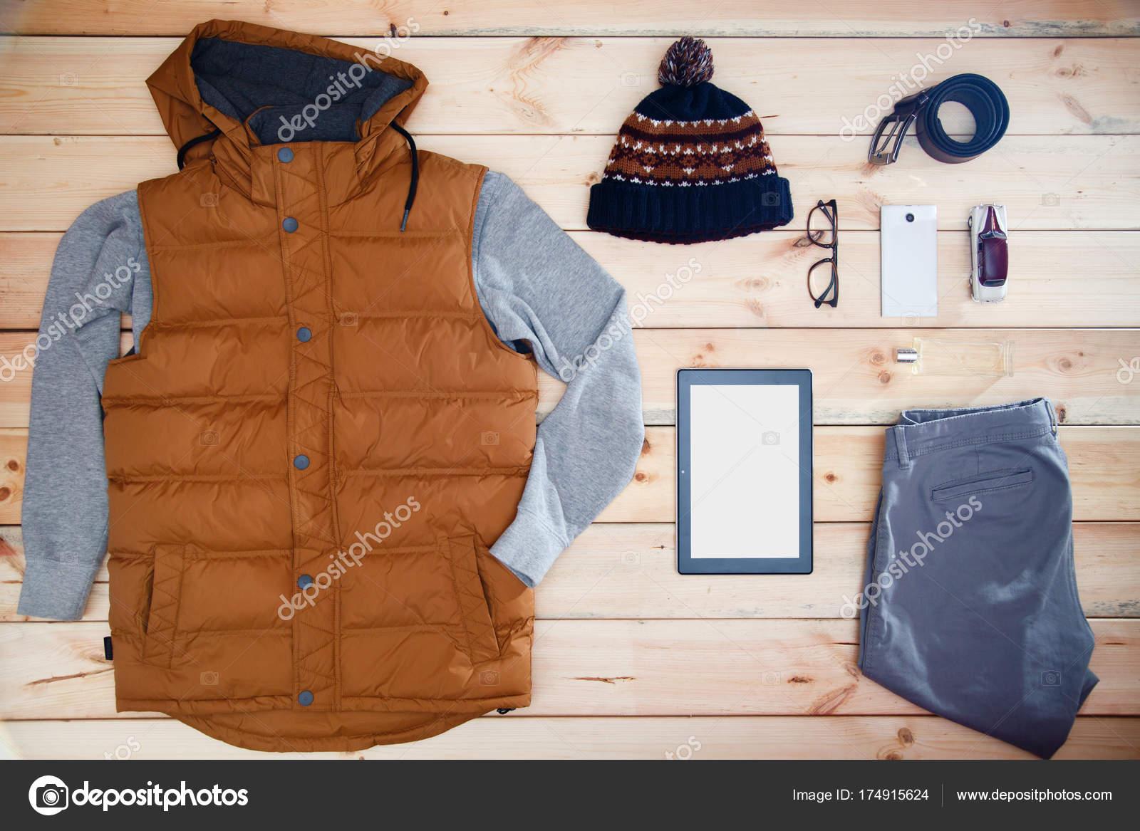 Mens vestiti ed accessori su un fondo di legno. Vetrina del