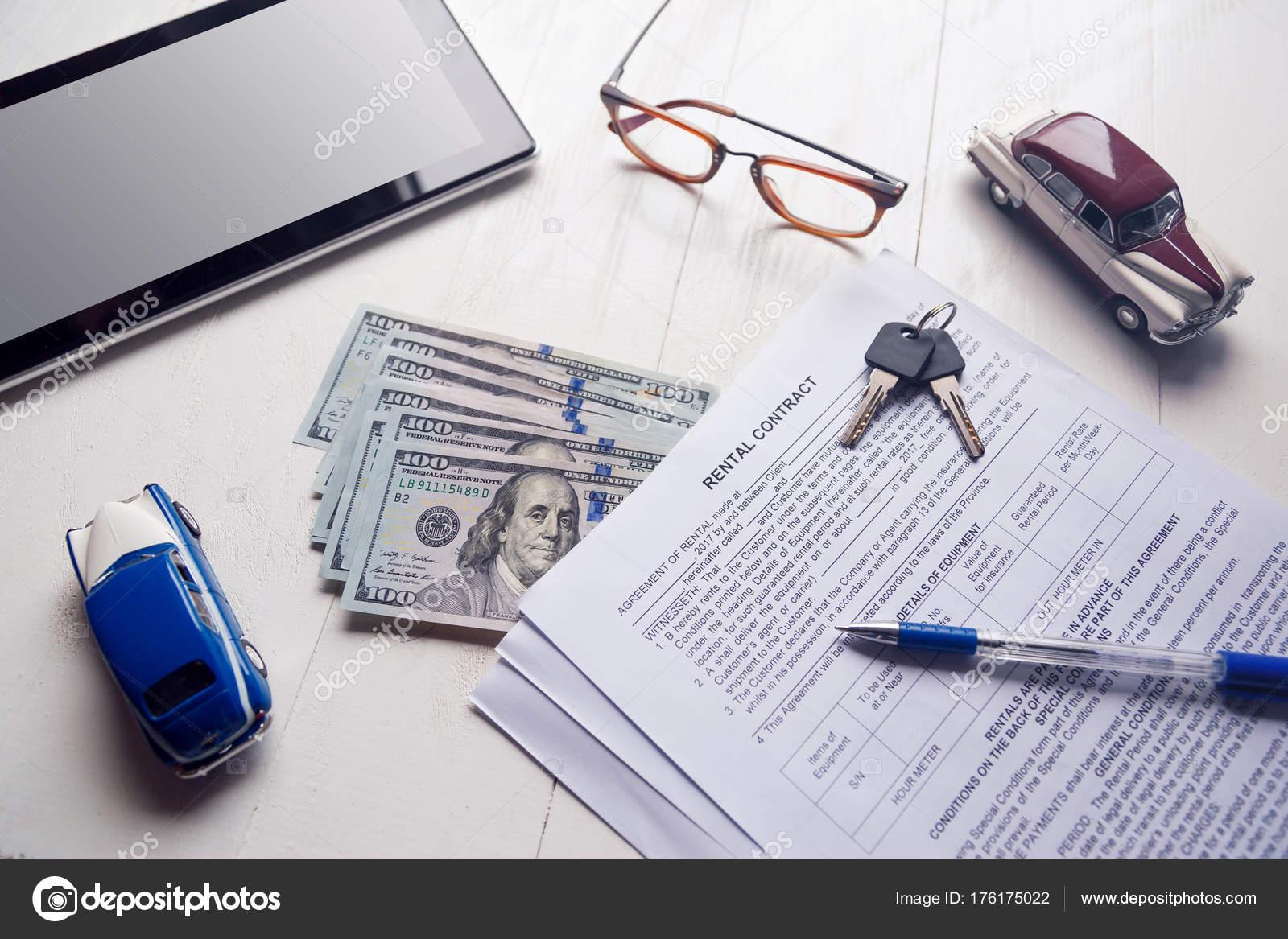 Vertrag mit Schlüssel und uns Geld in Bürotisch ausleihen ...