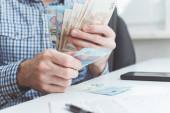 Podnikatel počítá peníze v úřadu