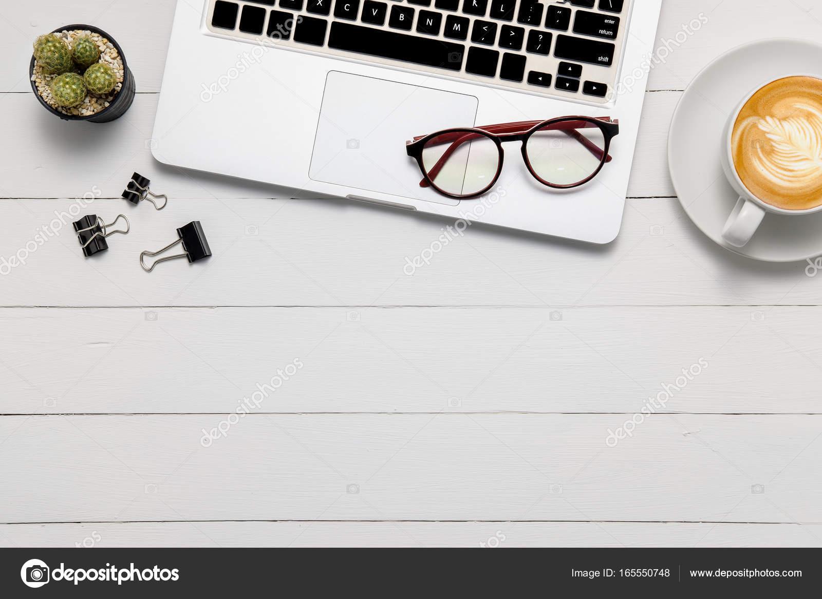 Tavolo Ufficio Bianco : Tavolo scrivania ufficio bianco con gli occhiali u2014 foto stock