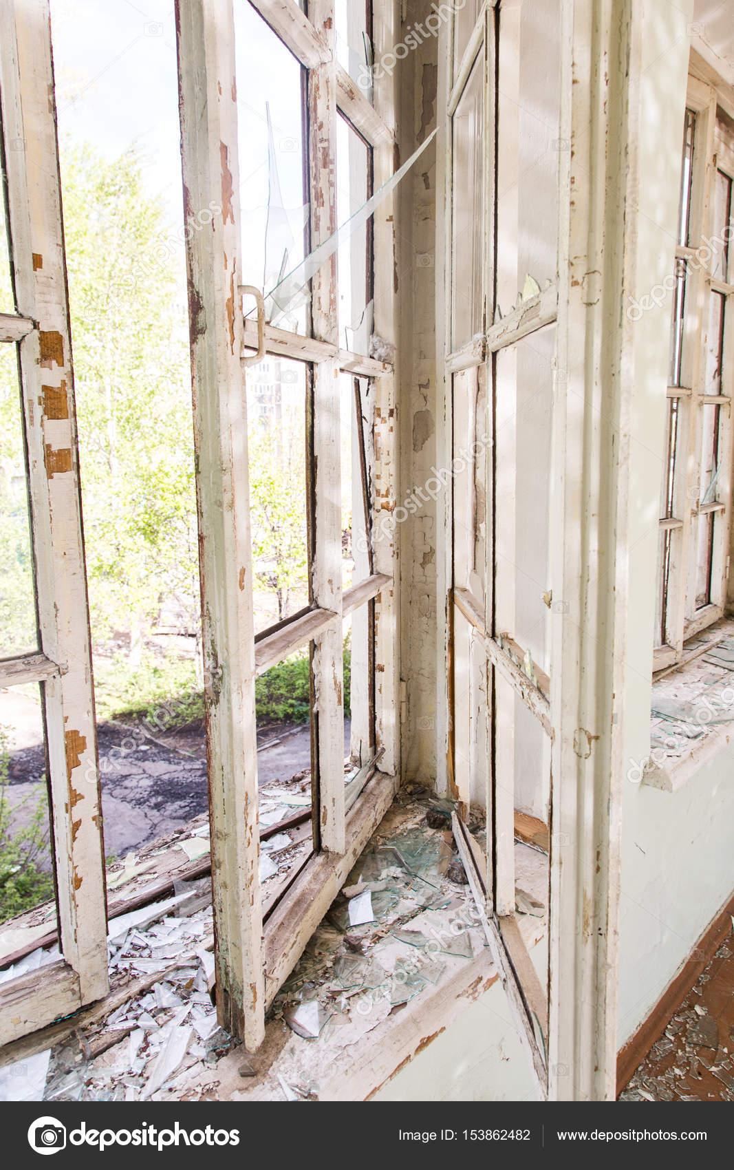 https://st3.depositphotos.com/6343398/15386/i/1600/depositphotos_153862482-stockafbeelding-interieur-van-een-verwoeste-gebouw.jpg