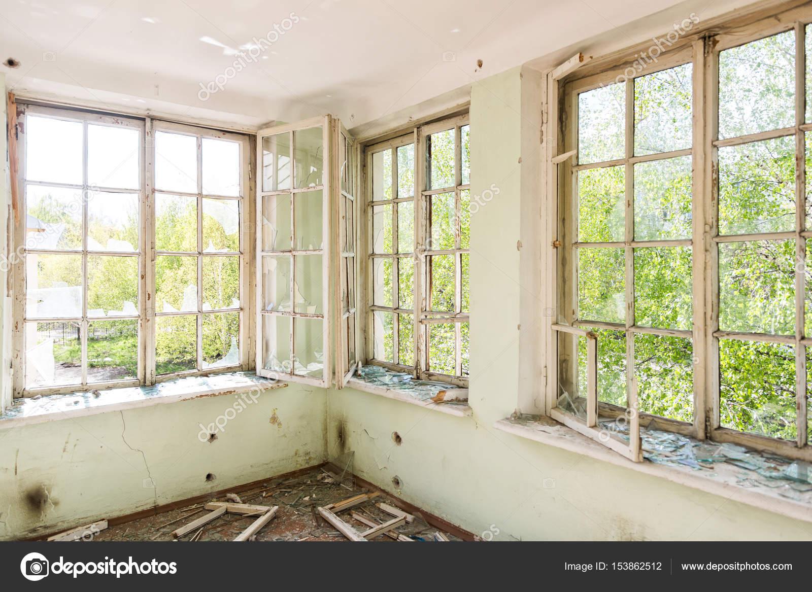 Interieur van een verwoeste gebouw. Verlaten sfeer — Stockfoto ...