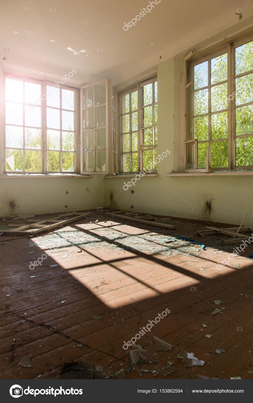 interieur van een verwoeste gebouw verlaten sfeer stockfoto