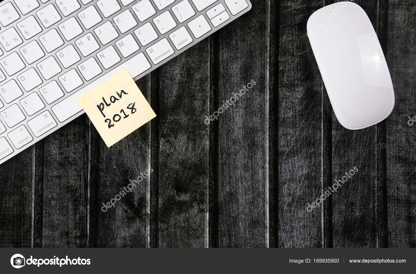 Parete Di Legno Cruciverba : Una vista dallalto dellarea di lavoro con un mouse e una tastiera