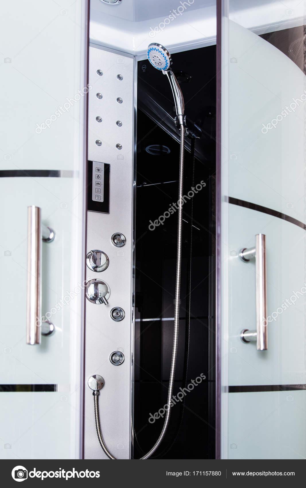 Moderne Duschkabine Aus Glas Und Stahl Gefertigt Stockfoto