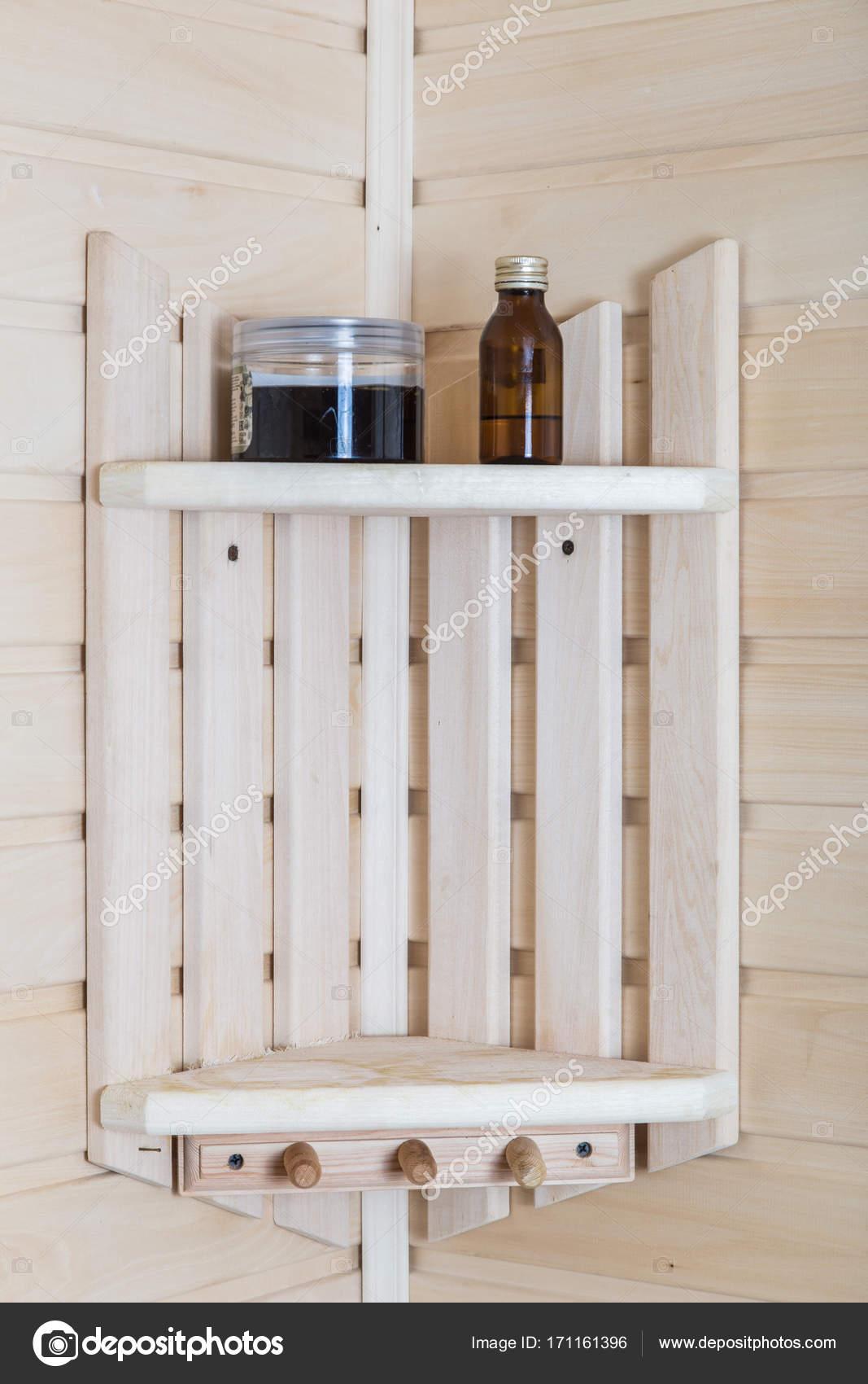 fragment van het interieur bad houten planken met accessoires stockfoto