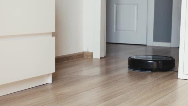 pohled zblízka na samohybné robotické vakuum na podlaze.
