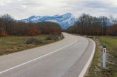 Strada alle montagne innevate. Bosnia-Erzegovina, inverno