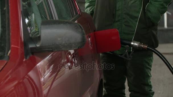 Der Tank des Autos mit Kraftstoff an der Tankstelle tanken