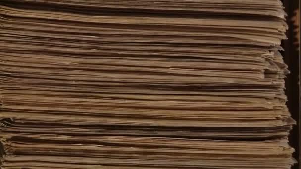 Obrovské hromady tištěné noviny, tisk obchod