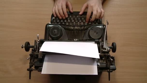 Spisovatel, psaní s retro psací stroj. Pohled shora.