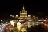 Esti kilátás a sokemeletes épület a Kotelnicheskaya töltés és a nagy Ustinsky a híd. Karácsonyi kivilágítás Moskvoretskaya töltésén, Moszkva, Oroszország