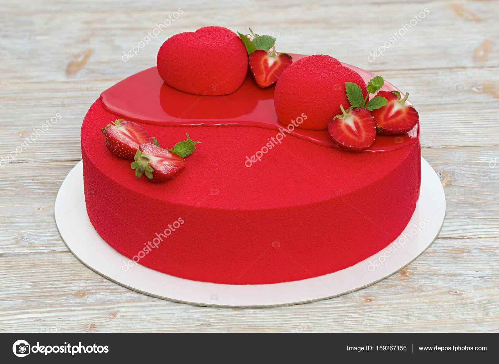 Roter Samt Kuchen Auf Weissem Holz Hintergrund Stockfoto