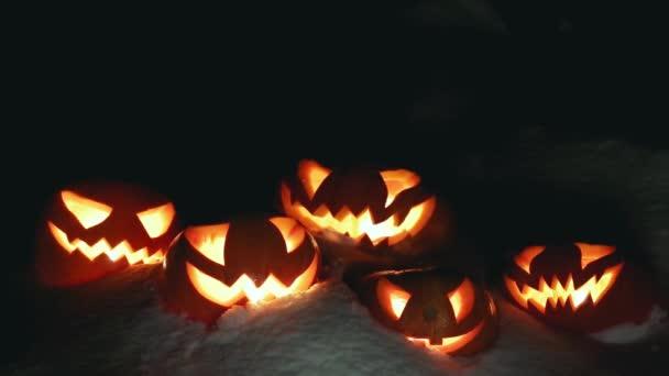 Halloween sütőtök a havas téli éjszaka felett átrepülő szellem. Végtelenített