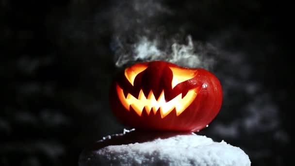 Halloween Jack o lucernou v zimní zasněžené noci s okolním duch. Opakuje. 4k