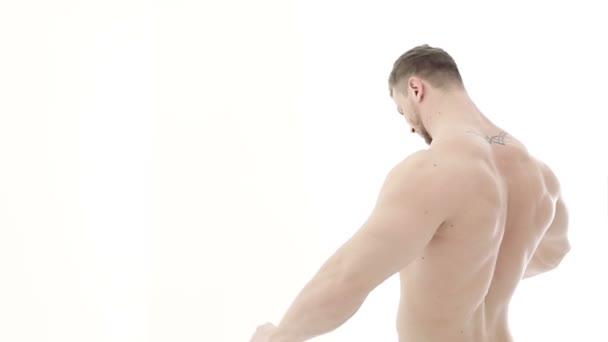 Medio plano de un culturista muscular haciendo ejercicios de brazo ...