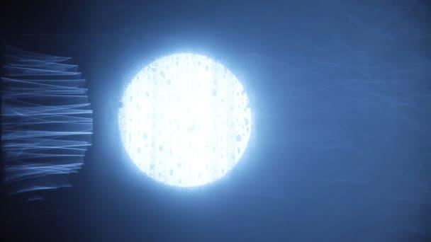 Alien berührt das Licht des Mondes