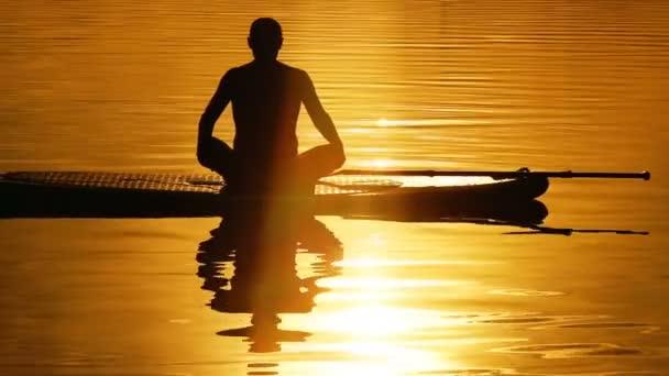 Surf jóga muž cvičení
