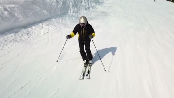 Junge erwachsene Freizeitskifahrer genießen im kalten Winter idyllisches Perfekt-Wetter. Skifahren allein auf perfekt präparierter Skipiste im Skigebiet