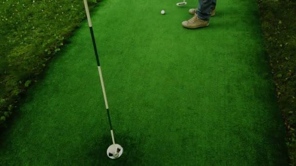 Golfista na zelené Mine blízko putt