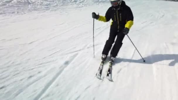 Profesionální lyžování na slunném zimním dni