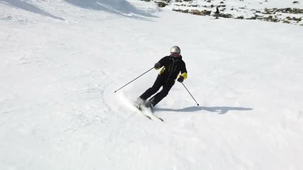 Mladý dospělý rekreační lyžař má idylické perfektní počasí v chladné zimě