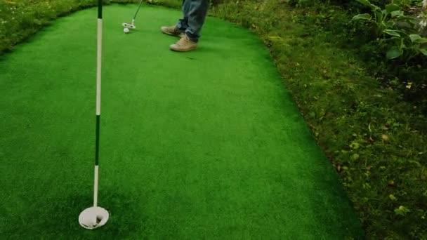 Golf hráč je úspěšně trefit míč v horním pohledu