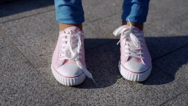 0a9efbb18c Női kezek árukapcsolás cipőfűző, trendi rózsaszín kalocsni vagy cipők–  stock felvétel