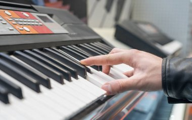 Piano keyboard synthesizer with hand