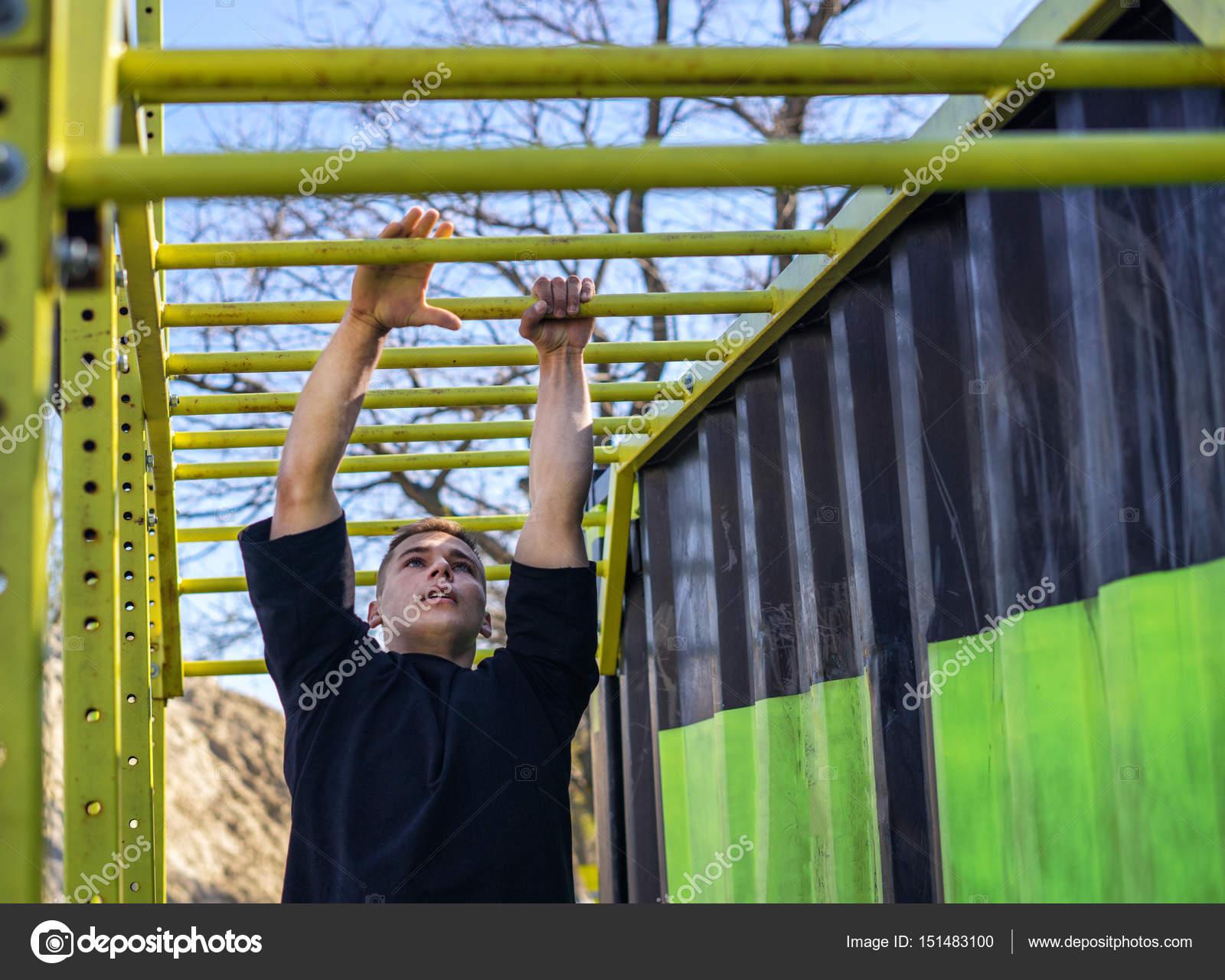 Klettergerüst Turnhalle : Männlicher athlet schwingt auf klettergerüst u stockfoto igor