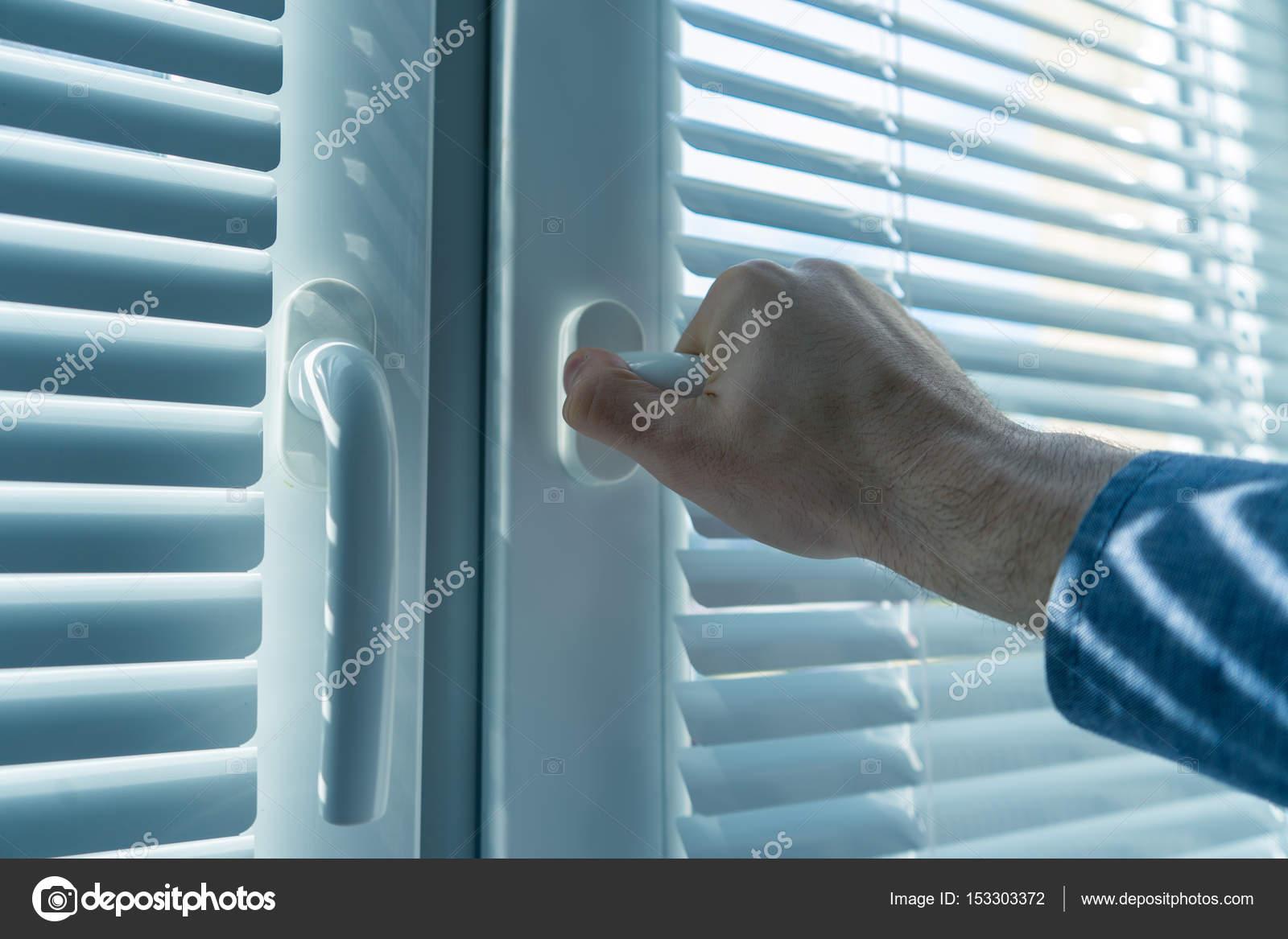 Mans Main Ouvre Une Fenêtre Les Stores Ou La Jalousie Photographie