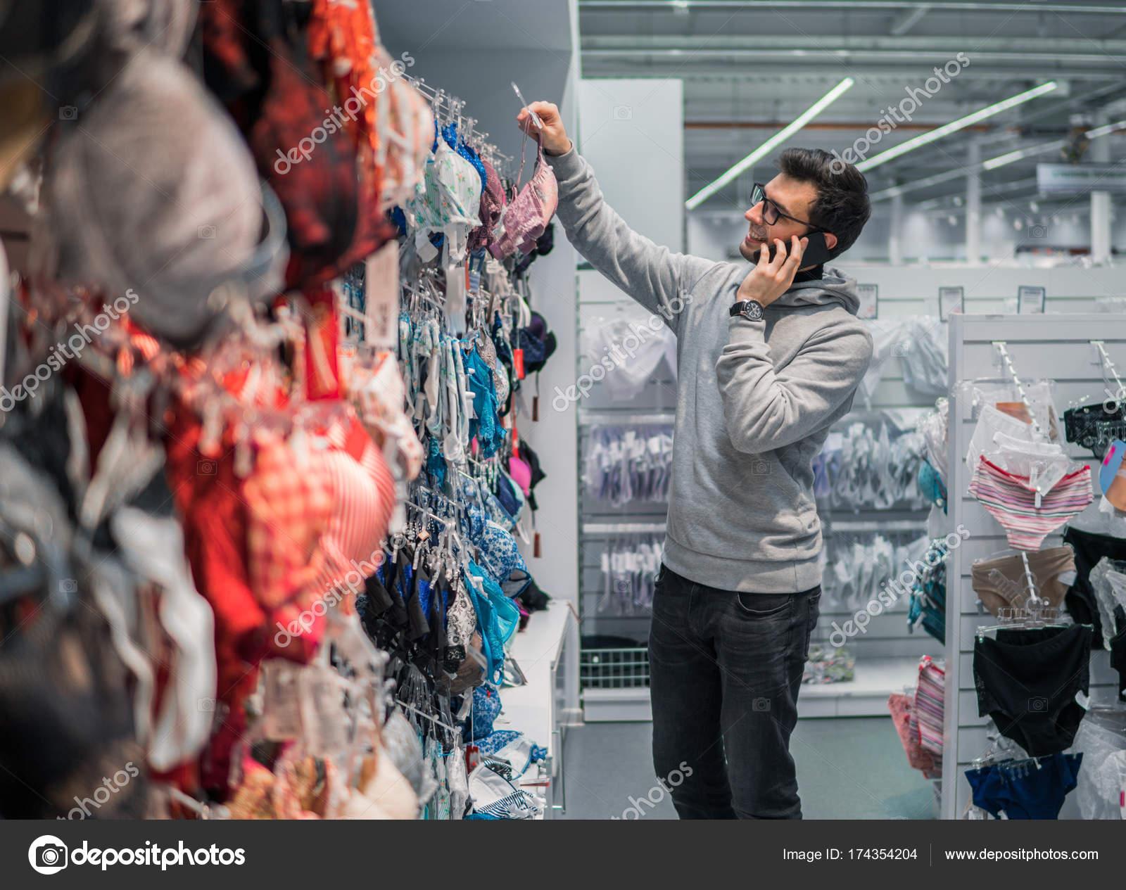 b79d8d091d25 Imágenes: vergüenzas | hombre de elegir ropa interior de lencería ...
